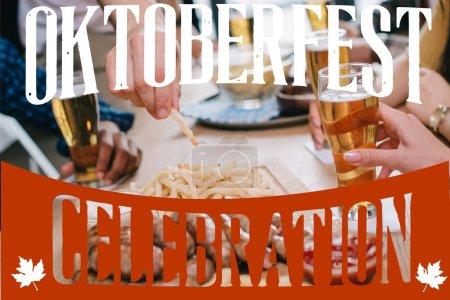 Photo pour Crochet vue d'amis buvant de la bière et mangeant des collations au pub avec l'illustration de la fête de l'Oktoberfest - image libre de droit