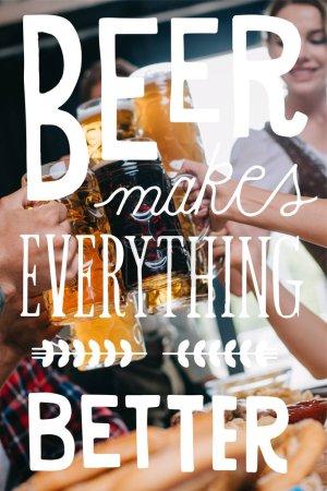 Photo pour Vue partielle d'amis cliquetis tasses de bière claire et sombre avec de la bière rend tout meilleure illustration - image libre de droit