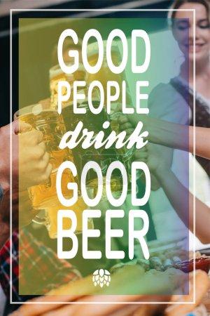Photo pour Vue partielle des amis brassant des tasses de bière claire et foncée avec de bonnes personnes boivent une bonne illustration de bière - image libre de droit