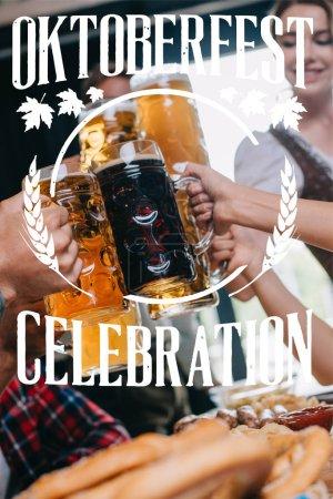 Photo pour Vue partielle d'amis brassant des tasses de bière claire et foncée avec illustration de la fête de l'Oktoberfest - image libre de droit
