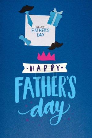 Photo pour Vue du haut de la carte de vœux et des éléments de décoration créatifs en papier sur fond bleu, illustration heureuse de la fête des pères - image libre de droit