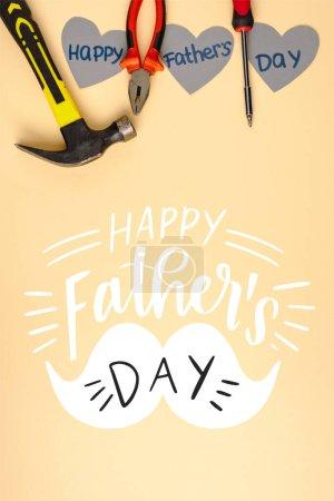 widok z góry młotek, śrubokręt, szczypce i szarego papieru serca na beżowym tle, szczęśliwy dzień ojców ilustracja