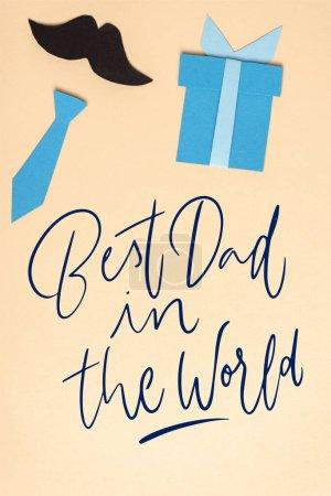 Photo pour Vue du dessus du papier décoratif éléments fabriqués sur fond beige, concept de fête des pères, meilleur papa dans l'illustration du monde - image libre de droit