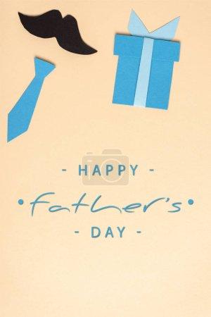 Photo pour Vue du dessus des éléments décoratifs en papier fabriqués sur fond beige, illustration heureuse de la fête des pères - image libre de droit