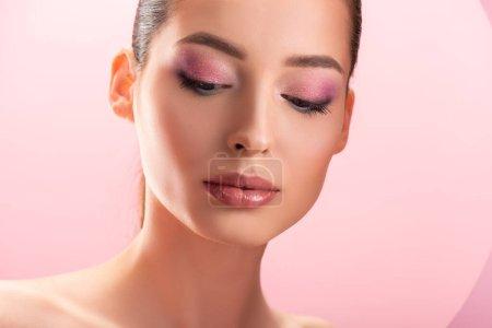 Photo pour Portrait de belle femme nue avec un maquillage brillant isolé sur rose - image libre de droit