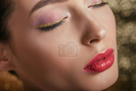Photo pour Vue rapprochée de belle femme avec un maquillage brillant et les yeux fermés - image libre de droit