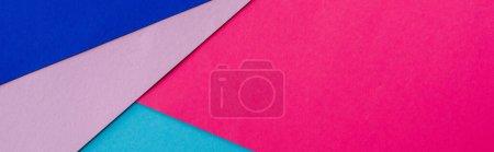 Foto de Fondo geométrico abstracto con papel rosa, azul y violeta, plano panorámico - Imagen libre de derechos