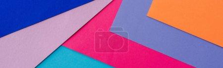 Photo pour Fond géométrique abstrait avec papier orange, rose, bleu et violet, plan panoramique - image libre de droit