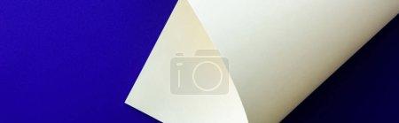 Foto de Blanco colorido papel remolino sobre fondo azul, tiro panorámico - Imagen libre de derechos