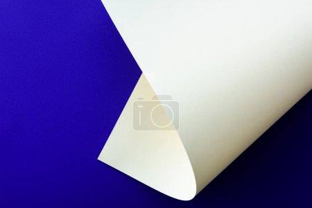 Foto de Blanco colorido papel remolino sobre fondo azul - Imagen libre de derechos