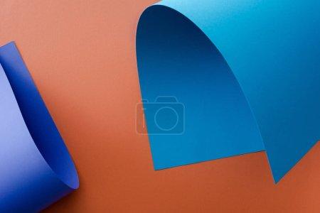 Photo pour Papier coloré bleu sur fond orange - image libre de droit
