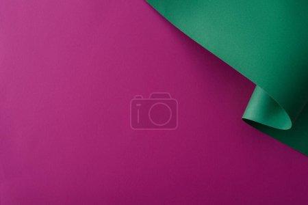 Foto de Papel colorido remolino sobre fondo violeta - Imagen libre de derechos