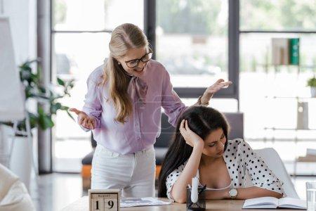Photo pour Patron mécontent dans les lunettes criant au directeur dans le bureau - image libre de droit