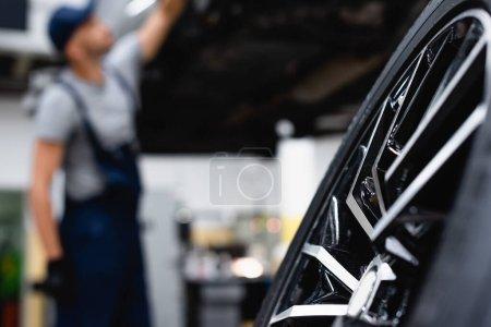 Photo pour Foyer sélectif nouveau pneu de voiture près de mécanicien dans le centre de service - image libre de droit