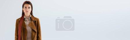 Photo pour Récolte panoramique de femme attrayante en veste, avec écharpe à cheveux longs regardant la caméra isolée sur gris - image libre de droit