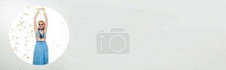 Photo pour Récolte panoramique de femme souriante dans des lunettes de soleil debout sous les confettis tombant près du trou rond sur fond blanc - image libre de droit