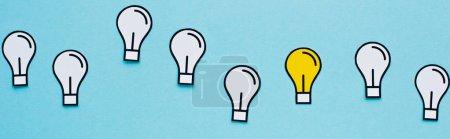 Photo pour Plan panoramique des ampoules en papier sur fond bleu, concept d'entreprise - image libre de droit