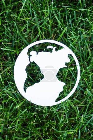 Photo pour Vue du dessus du panneau planète papier sur herbe verte, concept d'écologie - image libre de droit