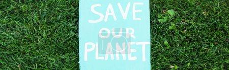 Photo pour Concept horizontal de plaque avec sauver notre planète lettrage sur herbe, concept d'écologie - image libre de droit