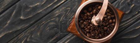 Photo pour Vue de dessus de moulin à café vintage avec grains de café sur la surface en bois, vue panoramique - image libre de droit