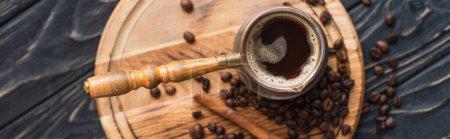 vue de dessus de cezve avec café près de bâton de cannelle sur planche en bois, vue panoramique