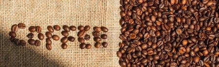 Photo pour Vue du dessus de lettrage de café fait de haricots au soleil sur sac, vue panoramique - image libre de droit