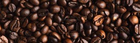 Photo pour Vue du dessus du fond de grains de café frais torréfiés, panoramique - image libre de droit