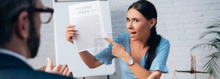 Photo pour Concept panoramique de client mécontent et brunette pointant du doigt l'accord de police d'assurance près avocat en fonction - image libre de droit