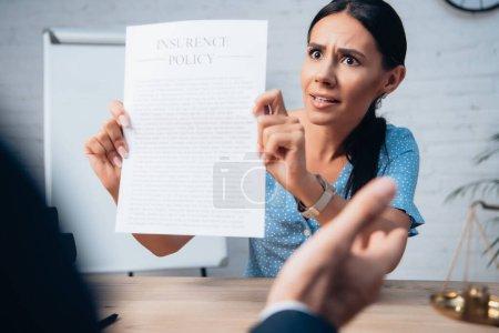 Photo pour Orientation sélective du client mécontent et brunette détenant contrat d'assurance près avocat en fonction - image libre de droit