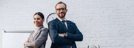 Photo pour Concept horizontal d'avocats en costumes debout avec les bras croisés et regardant la caméra dans le bureau - image libre de droit