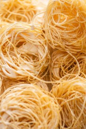 Photo pour Vue rapprochée de Capellini italienne crue avec farine - image libre de droit