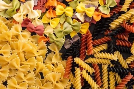 Photo pour Vue de dessus de diverses pâtes italiennes colorées crues - image libre de droit