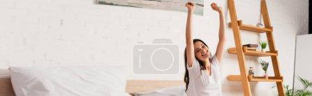 Photo pour Concept horizontal de jeune femme étirant dans la chambre à coucher - image libre de droit