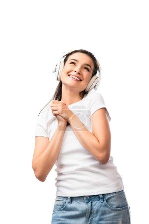 Photo pour Jeune femme en t-shirt blanc et écouteurs sans fil isolés sur blanc - image libre de droit