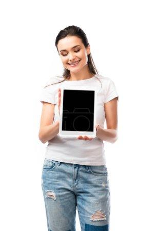 Photo pour Femme brune en t-shirt blanc tenant tablette numérique avec écran blanc isolé sur blanc - image libre de droit