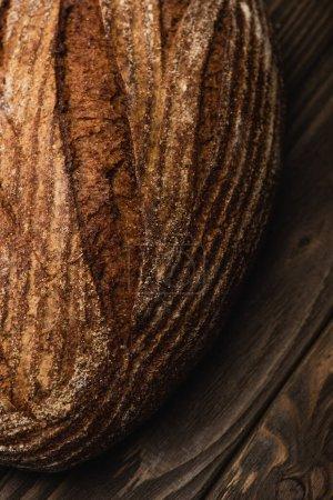 vista de cerca de pan recién horneado en la superficie de madera