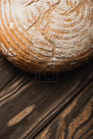 Nahaufnahme von frisch gebackenem Brotlaib auf Holzoberfläche