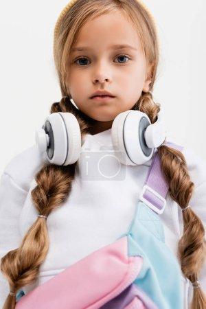Photo pour Fille blonde en vêtements de sport et écouteurs isolés sur blanc - image libre de droit