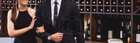 Photo pour Site en-tête de femme élégante toucher la main du petit ami en costume dans le restaurant - image libre de droit