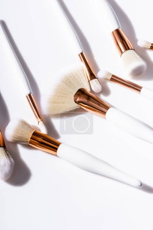 Photo pour Pinceaux cosmétiques sur fond blanc - image libre de droit