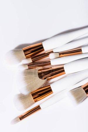 Photo pour Vue de dessus des pinceaux cosmétiques fixés sur fond blanc - image libre de droit