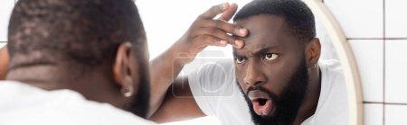 Photo pour Plan panoramique de l'homme afro-américain regardant les rides dans le miroir - image libre de droit