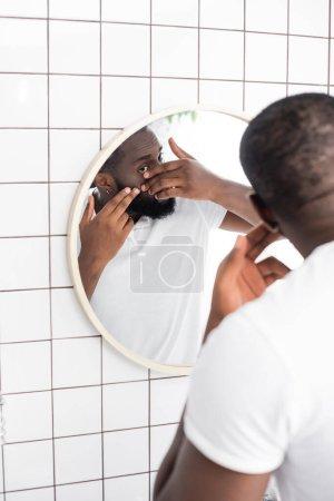Photo pour Afro-américain homme essayer presser bouton - image libre de droit