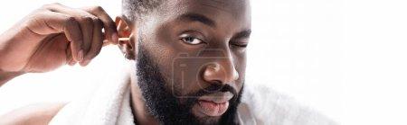 Photo pour Plan panoramique de l'homme afro-américain nettoyant les oreilles avec plaisir - image libre de droit