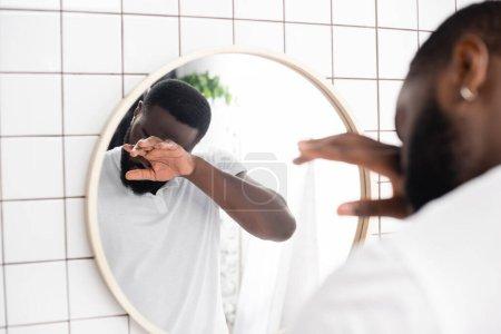 Photo pour Afro-américain homme frottant les yeux avec la main - image libre de droit