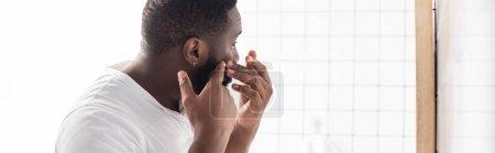 Photo pour Plan panoramique de l'homme afro-américain essayant de presser le bouton - image libre de droit