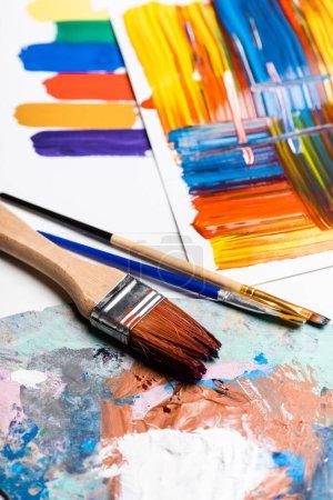 Photo pour Pinceaux et coups de pinceau abstraits colorés sur papier sur fond blanc - image libre de droit