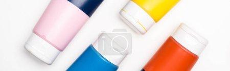 Photo pour Vue de dessus des tubes de peinture acrylique sur fond blanc, panoramique - image libre de droit