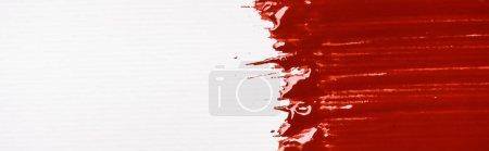 Draufsicht auf bunte rote Pinselstriche auf weißem Hintergrund