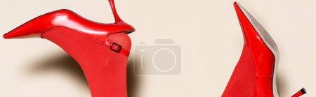 Photo pour Vue recadrée des jambes féminines en collants et chaussures rouges sur fond beige, bannière - image libre de droit